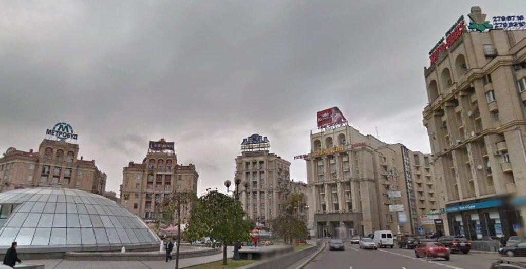 На Майдане Независимости убрали незаконную рекламу