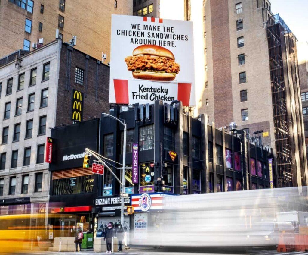 Билборды от KFS реклама бургера возле конкурентов